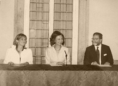 S. M. la reina en un acto de entrega de premios en el palacio del Pardo. A su derecha, Doña Soraya Rodríguez Ramos A su izquierda, Alfredo Pérez de Armiñán, presidente de Hispania Nostra